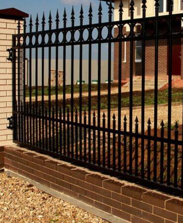Забор из металлических прутьев